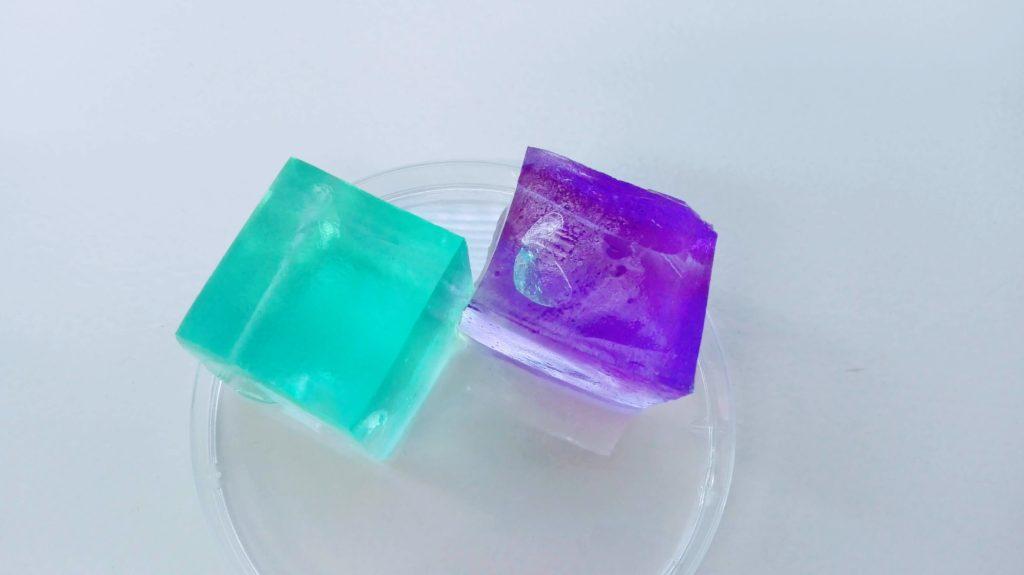 水分をぷっくり含んで膨らんだ2つの立方体