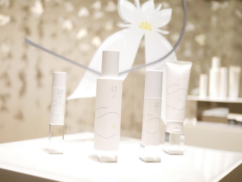 「白花八草」の洗顔フォームと美白化粧水と美白美容液と日中用美白美容液(草花木果)