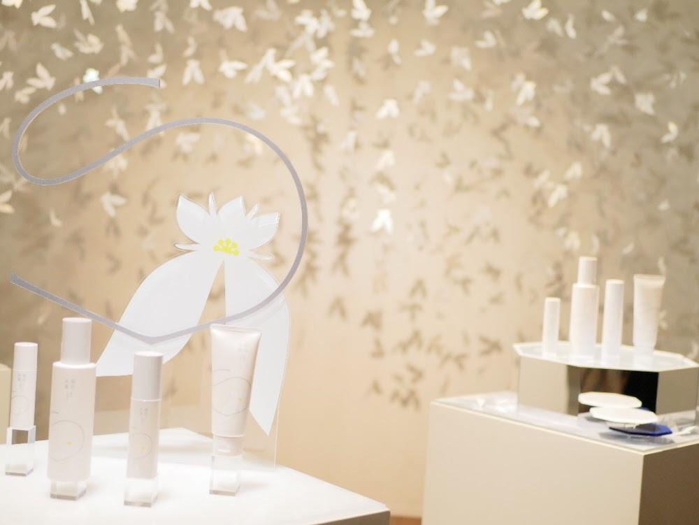 草花木果の新美白ライン「白花八草」の展示会の様子