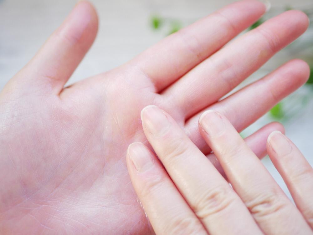 草花木果の美白日中美容液を肌になじませている